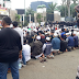 Tiba di DPR, Massa Gelar Shalat Berjamaah