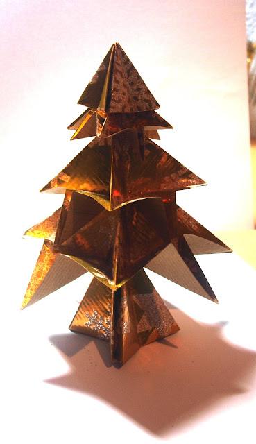 Un precioso árbol modular de papel hecho por niños y que sirve para decorar la casa en Navidad.