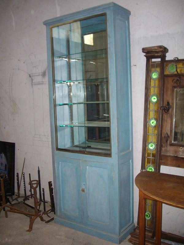 ancien meuble de m tier grande vitrine belle patine naturelle bleu. Black Bedroom Furniture Sets. Home Design Ideas
