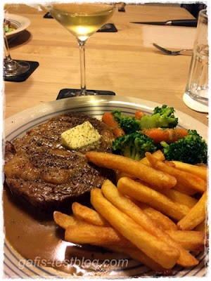 Ribeyesteak mit Pfeffersoße, Brokkoli-Karottengemüse, Pommes und Pfefferbut