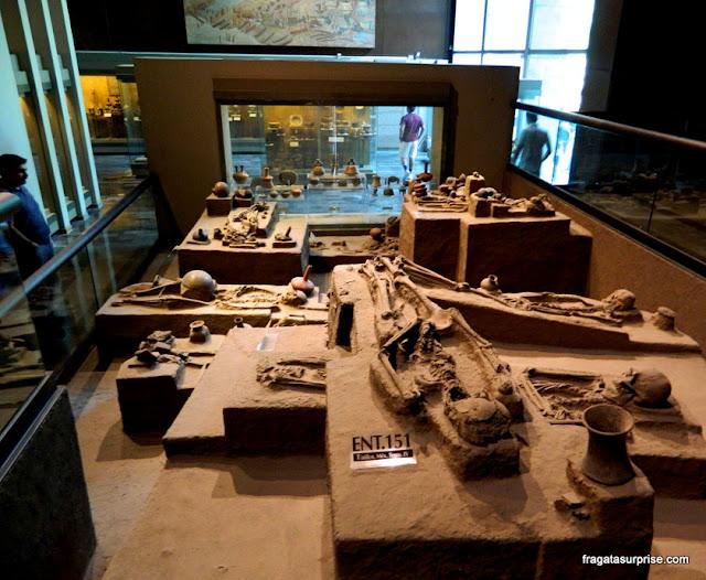 Enterros pré-colombianos encontrados no sítio de Tlatilco exibidos no Museu Nacional de Antropologia do México