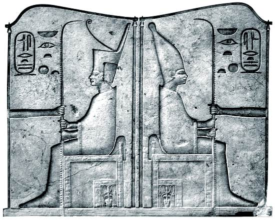corona del Bajo Egipto (izquierda) y la corona del Alto Egipto (derecha)