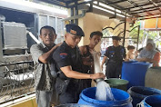 Satbrimobda Banten Bagikan Air bersih kepada warga Desa Pontang