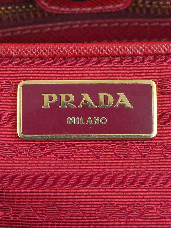 6e6866570570e8 Prada bags will have also have a logo plaque on the inside of the bag. The Prada  plaque will usually be made of enamel, but can be a leather patch.