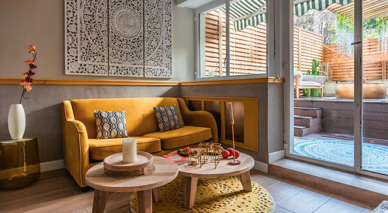 Salón decorado con estilo glam (con sofá dorado)