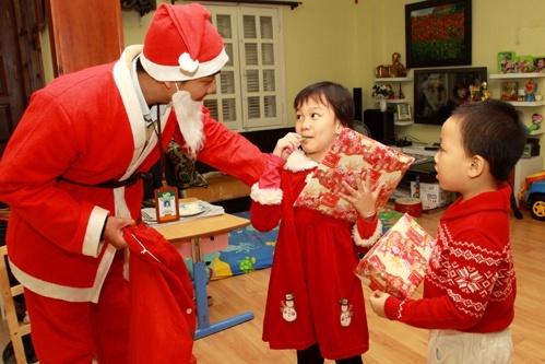 Thuê ông già Noel vặn bóng tại Hà Nội