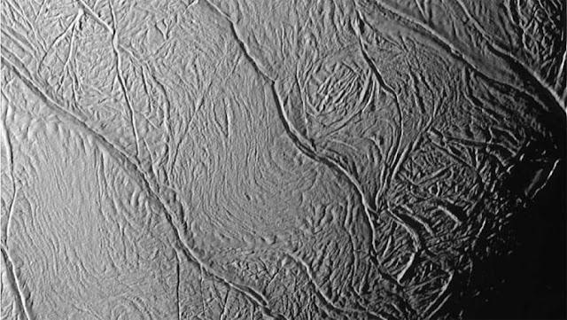 Manchas de Tigre no hemisfério sul de Encelado