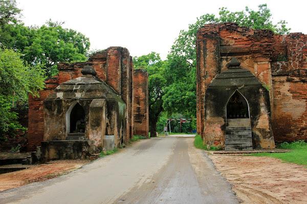 Entrada al antiguo Bagan por la puerta Tharabar - Myanmar