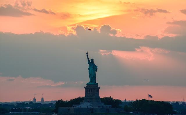 صورة وقت الغروب لتمثال الحرية