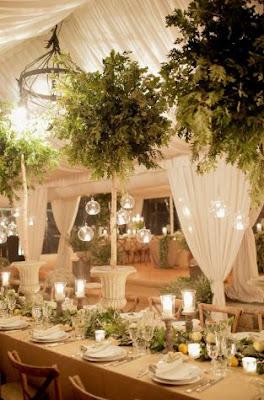 Dekorieren von Hochzeitsempfangssälen