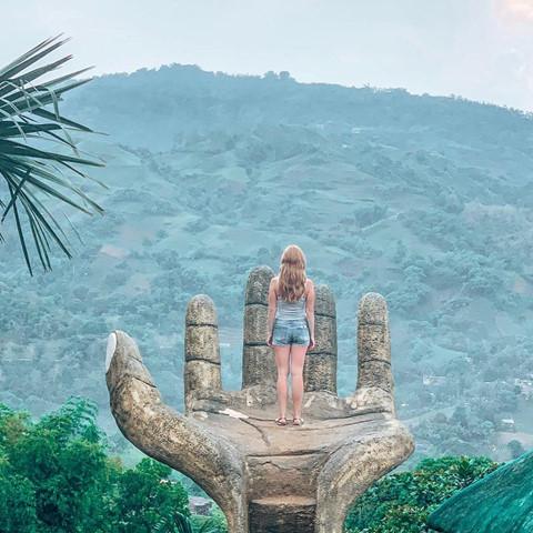 Giữa khung cảnh núi rừng bao la, từng nấc thang lên bàn tay khổng lồ sẽ dẫn lối du khách đến vùng đất thiên đường thực sự trong những bức hình check-in tuyệt đẹp.