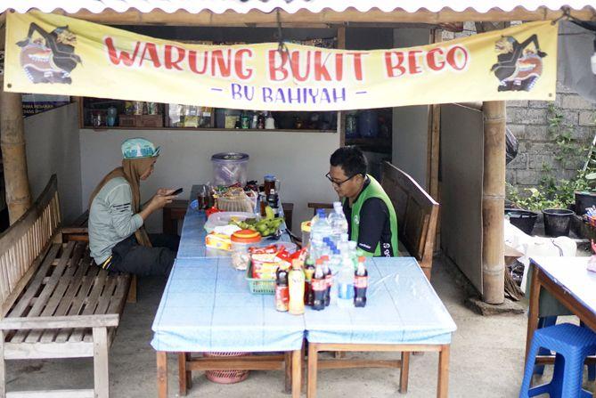 Menikmati gorengan dan teh panas di warung Bukit Bego