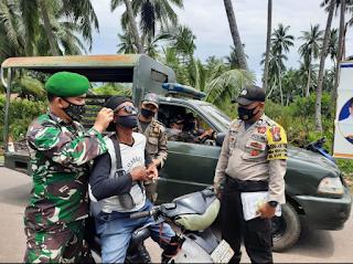 Operasi Yustisi, Polsek Daik Lingga Sosialisasikan Prokes dan Berikan Masker