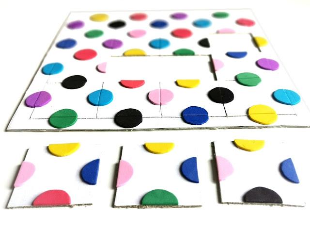 na zdjęciu układanka z kartonu z naklejonymi kolorowymi kółkami z pianki kreatywnej