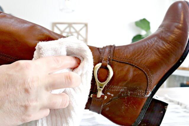 كيفية تنظيف الأحذية الجلدية والأحذية الطويل في المنزل