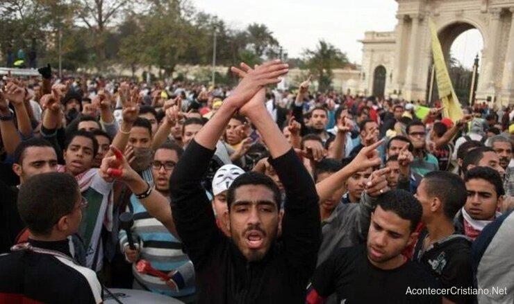 Turba de mueulmanes atacan cristianos en Egipto