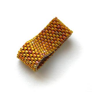 Сверкающее золотистое кольцо из бисера