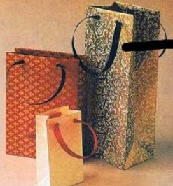 http://todomanualidades-admin.blogspot.com.es/2011/05/como-hacer-una-bolsa-de-papel.html