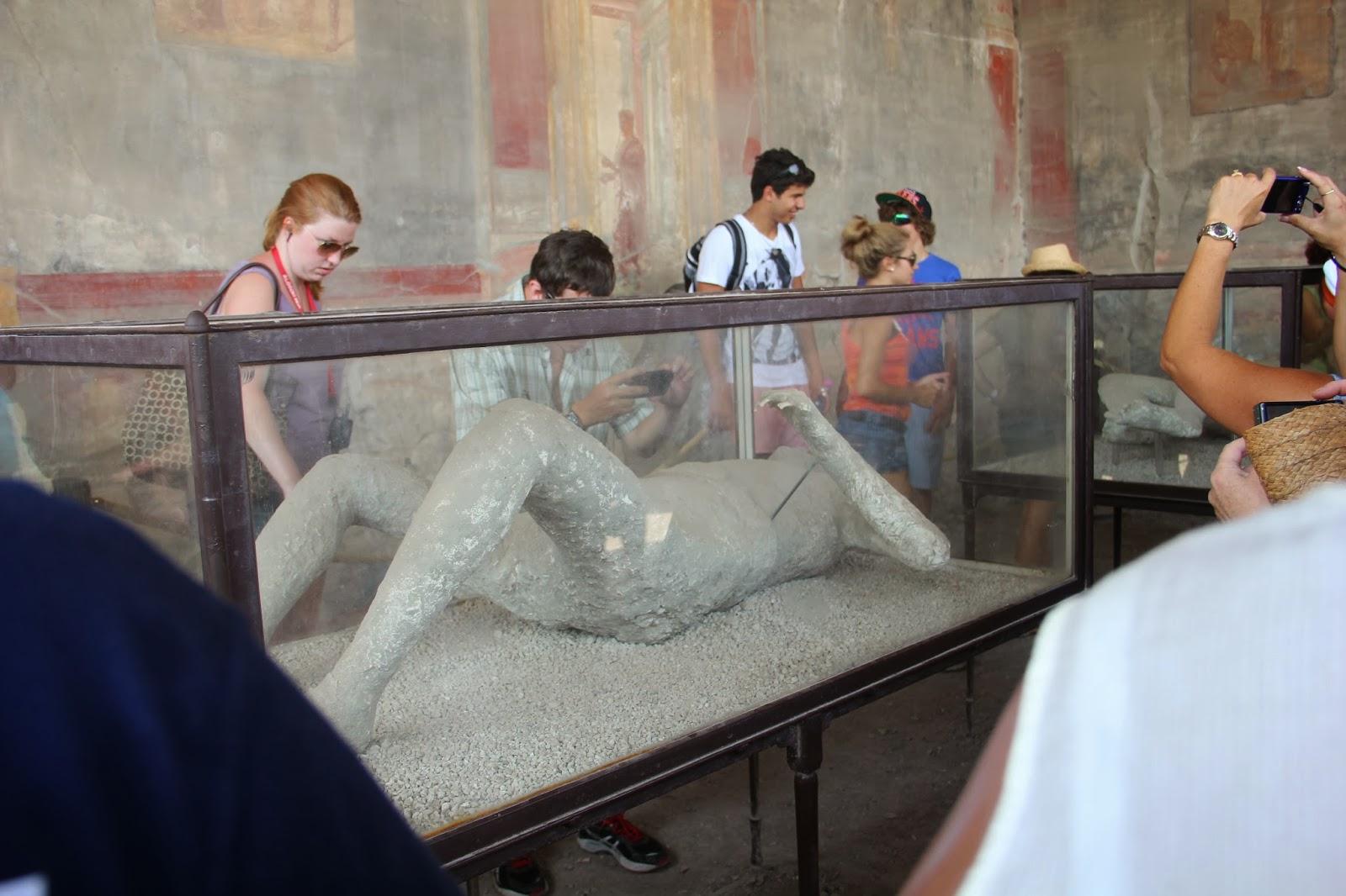Alguns corpos que foram encontrados no local, após a erupção do vulcão, ainda conservados