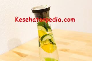 Manfaat minum air putih dicampur bahan alami