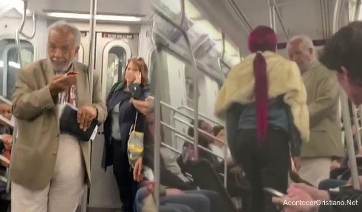 Anciano agredido por predicar en tren