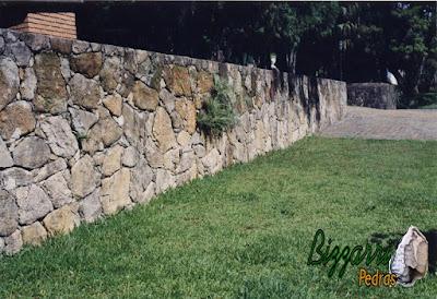 Construção do muro de pedra com pedras rústicas em sítio em Bragança Paulista-SP com o gramado com grama São Carlos.