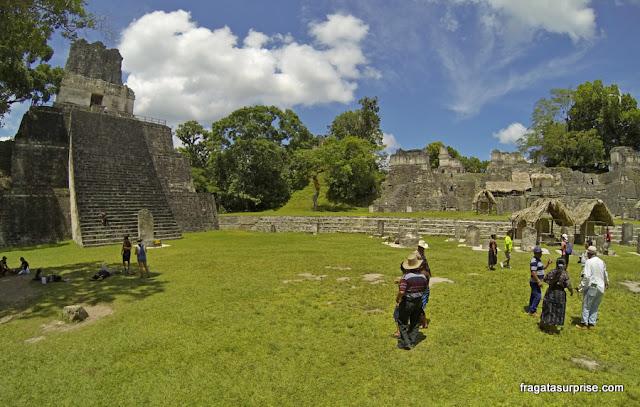 Templo das Máscaras e Acrópole Norte em Tikal, Guatemala