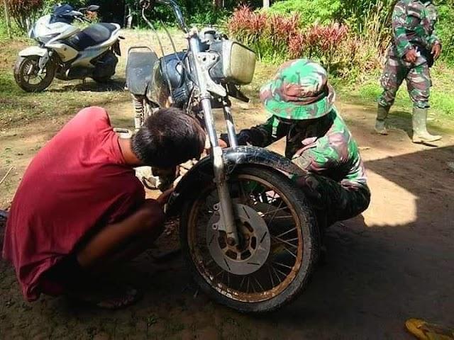 Satgas TMMD Membantu Warga Memperbaiki Sepeda Motor