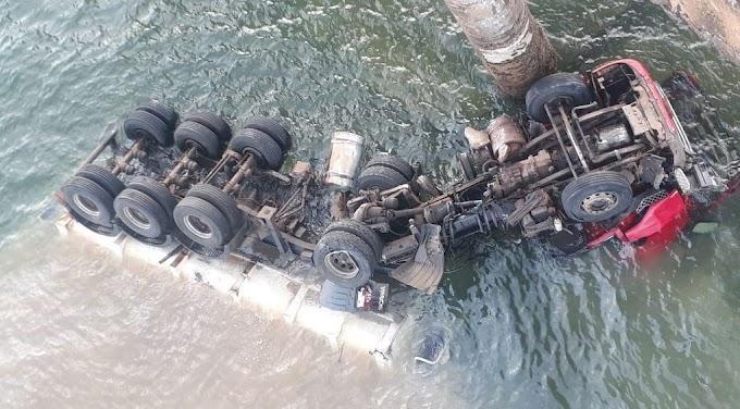 Carreta despenca de ponte no Paraná e motorista está desaparecido