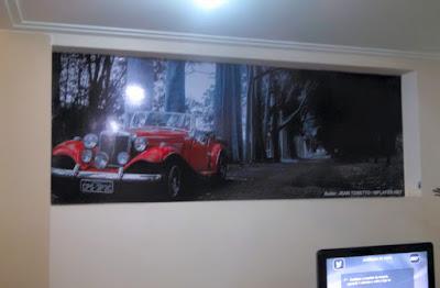 A imagem do MP Lafer ocupa a parede do escritório de Cido Gel, consultor de vendas da loja.