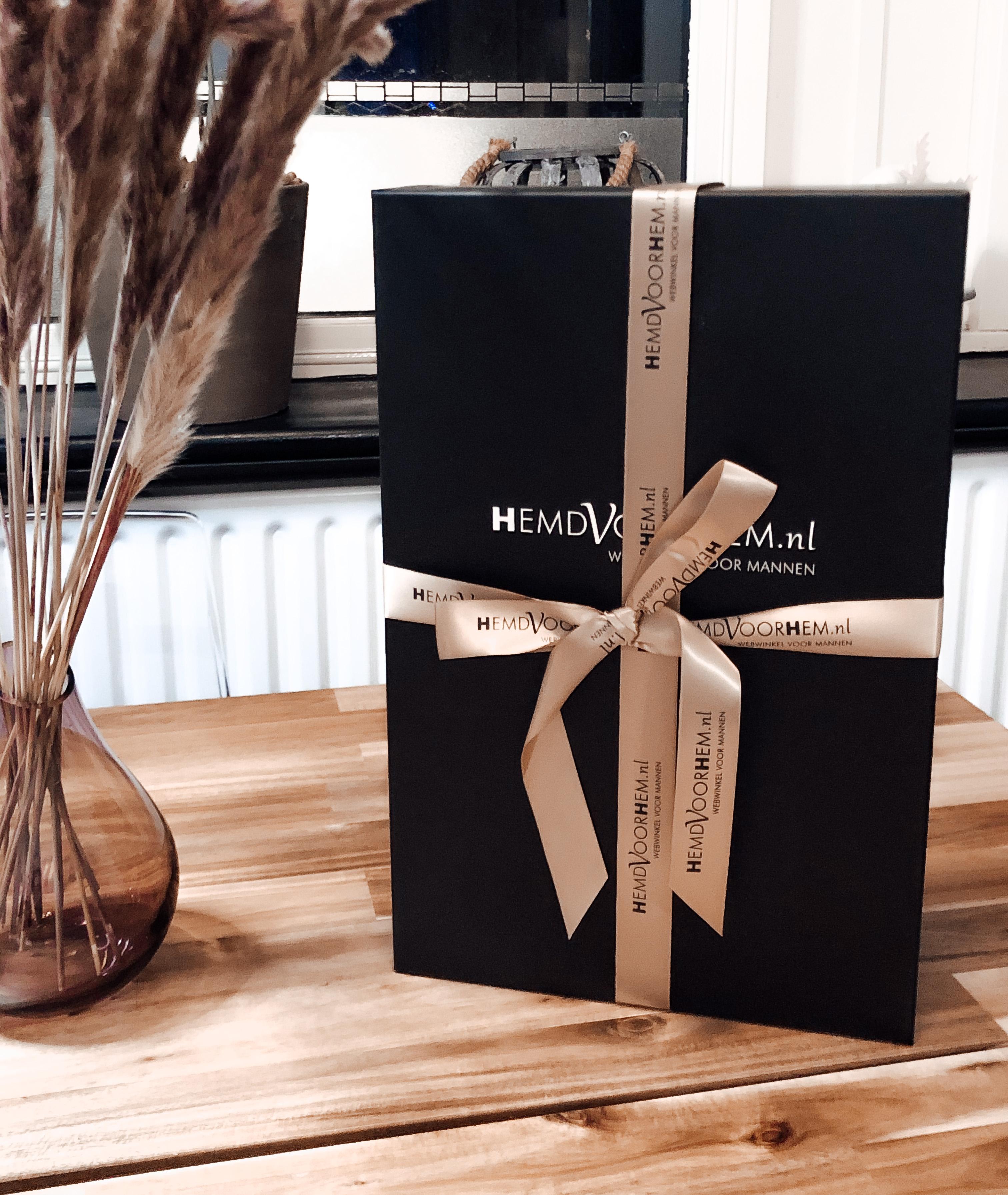 Kerst cadeaus voor mannen van HemdVoorHem. Verras hem met de feestdagen met een cadeaubox onder de kerstboom.