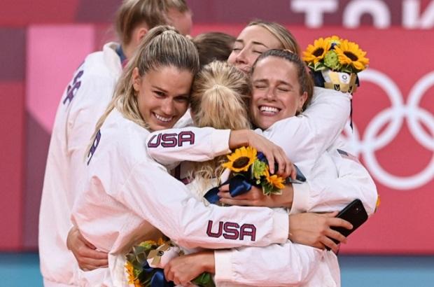 EEUU es al fin campeón olímpico en voleibol femenino y Brasil es segundo