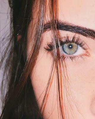 foto de ojo con mechón de cabello