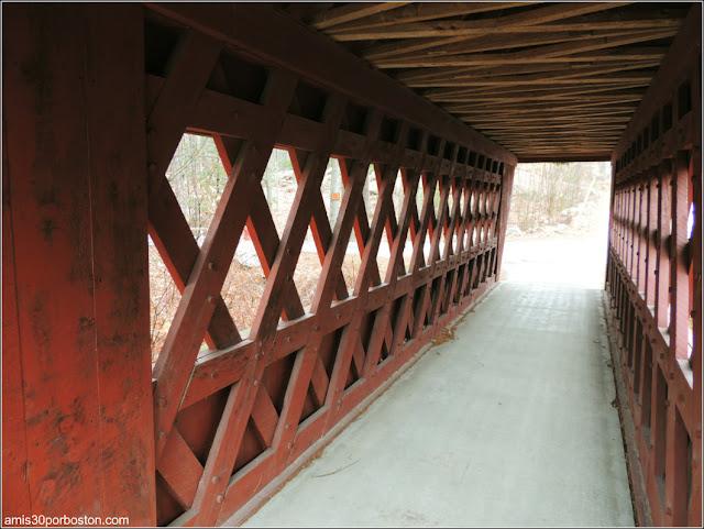 Interior del Puente Cubierto Peatonal Nissitissit Bridge en Brookline, New Hampshire