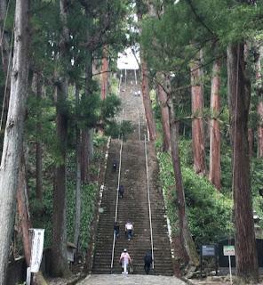 久遠寺の長い石段