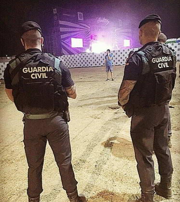 Guardias civiles patrullando con tatuajes en brazos