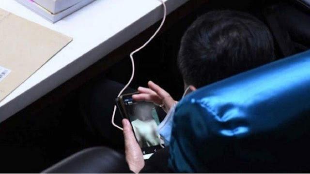 Anggota Dewan Kepergok Lihat Foto Wan1ta 'Tanpa Ata5an' di Tengah Rapat, Bilang Muncul Tiba-tiba