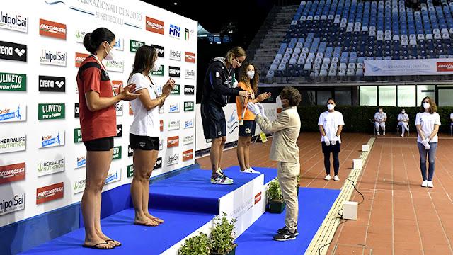 Quatro nadadoras recebem medalhas do Troféu Sette Colli e do Campeonato Italiano de Natação