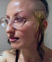 Hässlich geschminkte Frau mit komischen Haaren