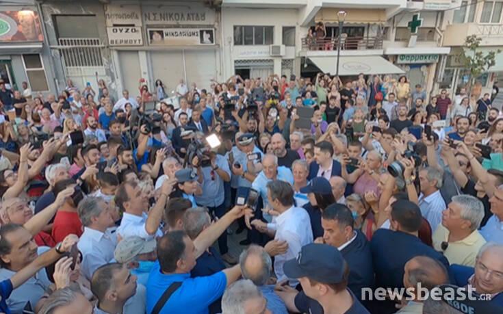 Συνωστισμός στο μετρό της Νίκαιας για τον Μητσοτάκη: Χειροκροτήματα, χειραψίες και φωτογραφίες