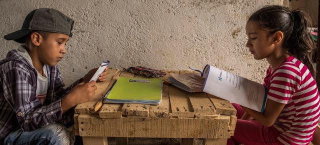 Niños guatemaltecos estudian desde su casa siguiendo las guías del Ministerio de Educación durante la pandemia de COVID-19.© UNICEF/Daniele Volpe