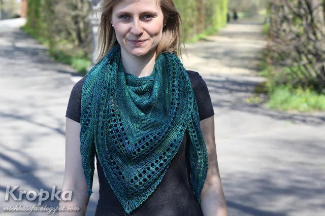 Zielona chusta na drutach zrobiona z wełny merino