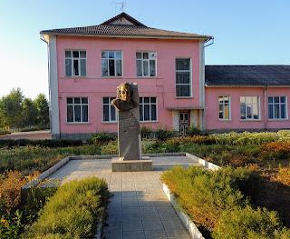 Браилов. Школьный двор. Памятник В. Е. Забаштанскому