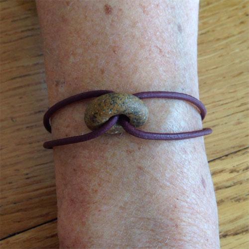 diy armband met steen van vakantie