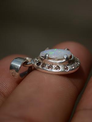 liontin opal