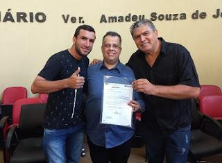 O prefeito de Cajati, Vavá Cordeiro (direita), ao lado do deputado estadual, Wellington Moura, e do vereador de Cajati, Alex Zina, durante a audiência pública em Barra do Turvo. O deputado segura o pedido de recurso feito pelo prefeito de Cajati.