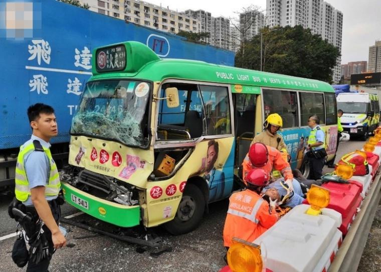 Tabrak Truk Lori di Taipo Road,Supir Minibus Hijau Terjebak didalam ,3 Penumpang Luka-Luka