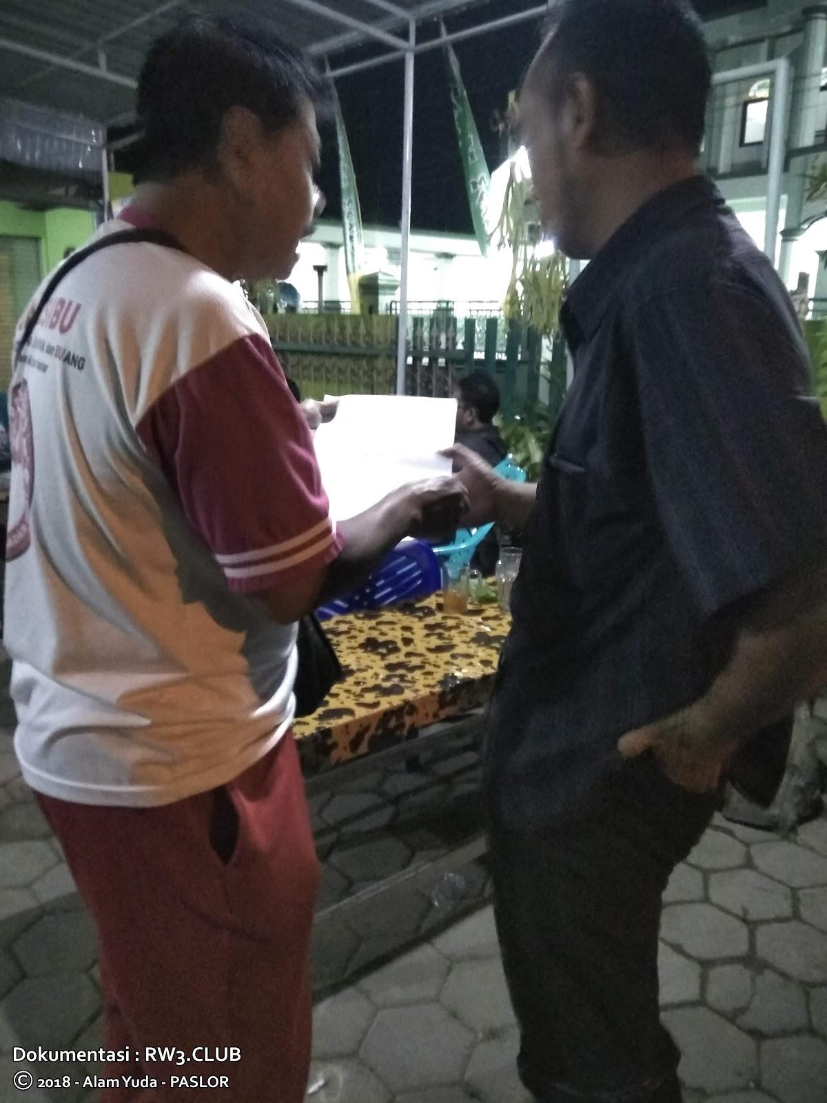 Totok Sunoto, Satria Septadi - Pengurus Komunitas Pemuda-Pemudi RW-3 NgoPi di Angkringan