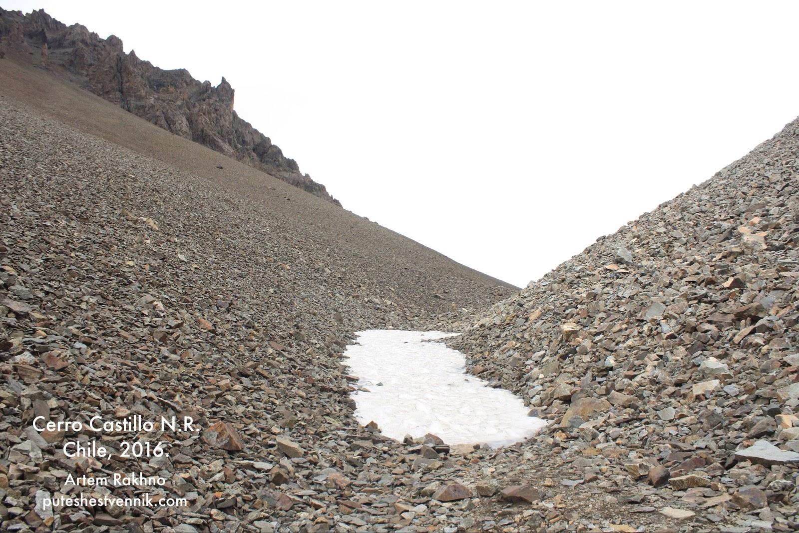 Пятно снега на пути к вершине перевала