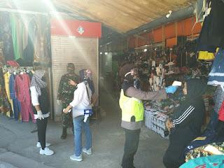 Urkes Polres Pelabuhan Makassar Periksa Suhu Tubuh Warga yang Ada di Pasar Butung